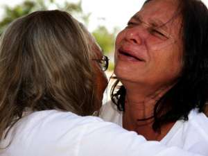 Grandmother Carol Roe trying to comforting anguished mother Della Roe - Photo Kate Campbell, AAP
